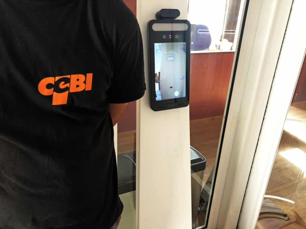 Termoscanner 3in1 su porta automatica - rilevazione volto, mascherina, temperatura - CEBI Srl