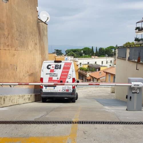 Barriera automatica Faac ad uso intensivo su rampa a chiusura ingresso autorimesse condominiali - Cebi S.r.l. - Roma
