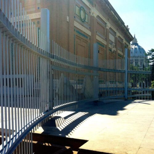 Cancello automatico curvo presso Musei Vaticani, Stato del Vaticano, Roma - Cebi