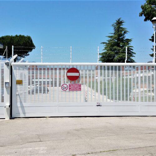 Cancello automatico scorrevole industriale con cancello pedonale presso Leonardo Global Solution (FR) - Realizzazione e installazione: CEBI Srl