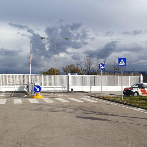 Cancello scorrevole automatico ad uso industriale completo di ingabbiatura e rete di protezione esterna presso Leonardo Spa Frosinone - Realizzazione e installazione Cebi Srl