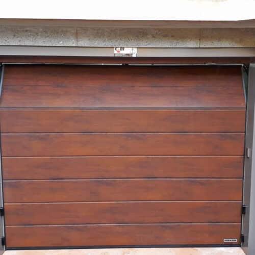 Fornitura e posa in opera portone sezionale automatico Hormann, verniciatura simil legno dark oak - Roma - Cebi Srl