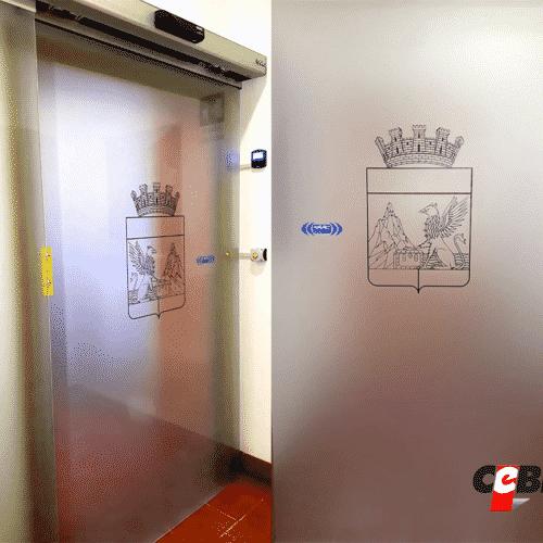 Porta automatica in cristallo satinato con stemma araldico stilizzato presso Guardia di Finanza Roma - Cebi