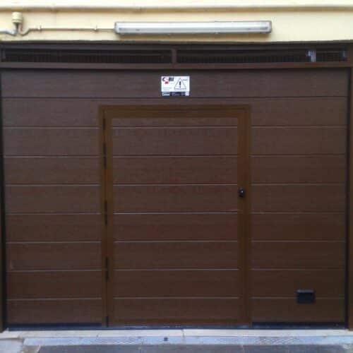 Portone sezionale automatico con porta pedonale per box auto - Roma - Cebi
